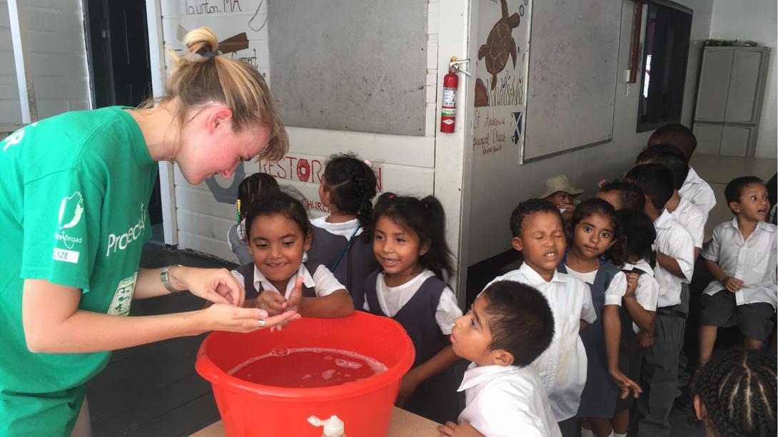 Voluntaria le enseña a sus estudiantes cómo lavarse las manos en Belice.